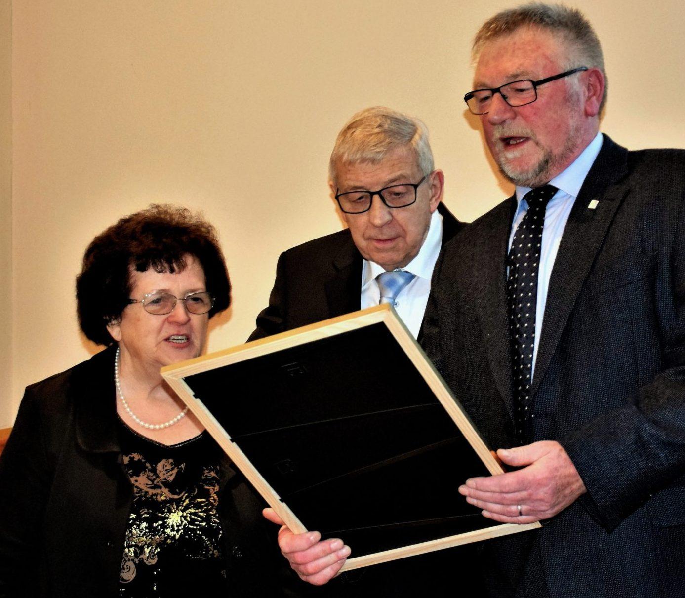 Heinz Junk liest die Urkunde vor Ehrenbüger Ernennung